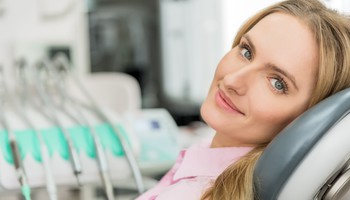 Una donna in uno studio dentistico (ANSA)