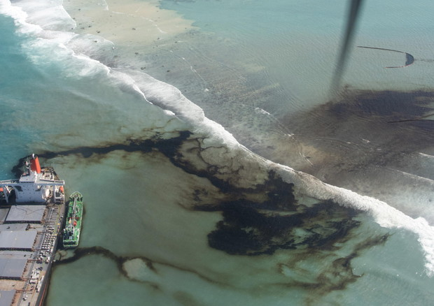 Oil spill off Mauritius after bulk carrier ship Wakashio hit the coral reefs © EPA